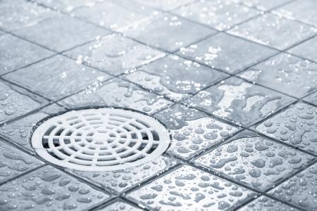 Die Abflussysteme einer begehbare Dusche