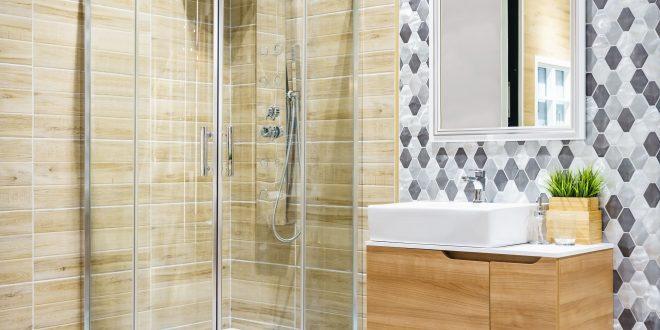 Runde dusche in einem Badezimer Holzverkleidung und Fliesen