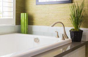 Badewanne mit Amatur und Pflanzen als Deko