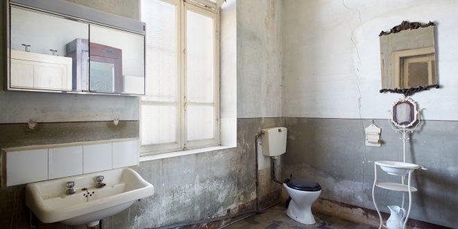 Altes sanierungsbedürftiges Badezimmer