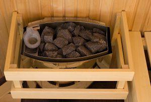 Lava Steine in Holzkonstruktion als Sauna Ofen