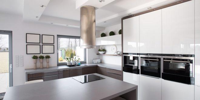 Moderne minimalistische Küche in weiß