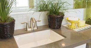 Nahaufnahme Waschbecken mit zwei Pflanzen und weiterer Deko