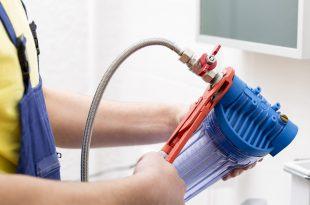 Hand hält Wasserfilter