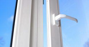 Offenes Fenster bei strahlendem Sonnenschein