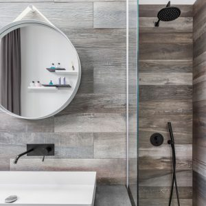 Modernes Bad mit Dusche und Spiegel