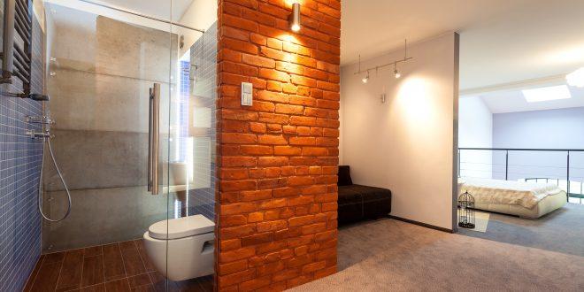 Modernes Bad mit beleuchteter Steinmauer
