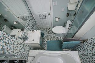 Kleines Bad mit blau weißen Mosaik Fliesen